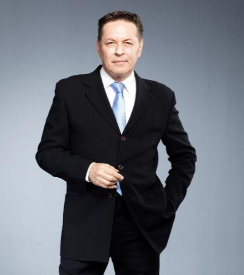El presentador del Canal 1 que siempre está a la vanguardia de la moda
