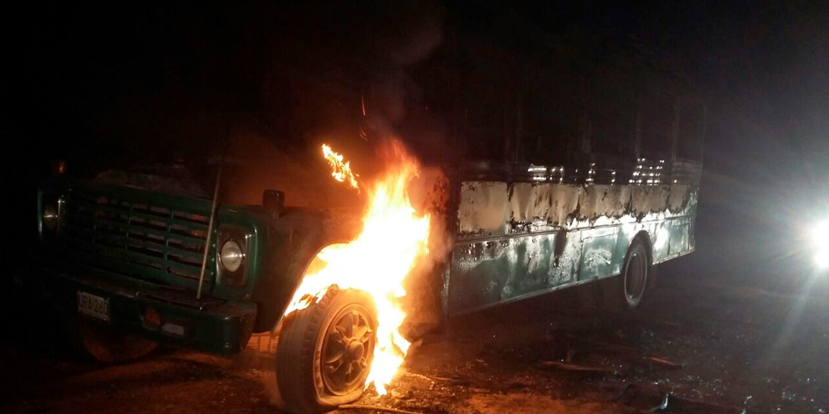 Incinerado vehículo de servicio público en la vía La Lejía – Saravena