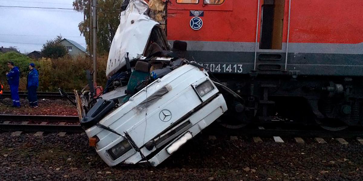19 muertos tras ser arrollado un autobús por un tren en Rusia