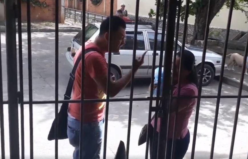 Grabaron a hombre insultando y empujando a su madre