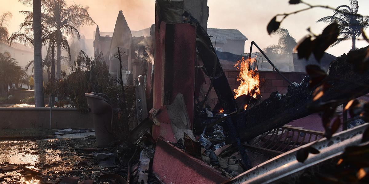 Al menos 10 muertos por incendios en California