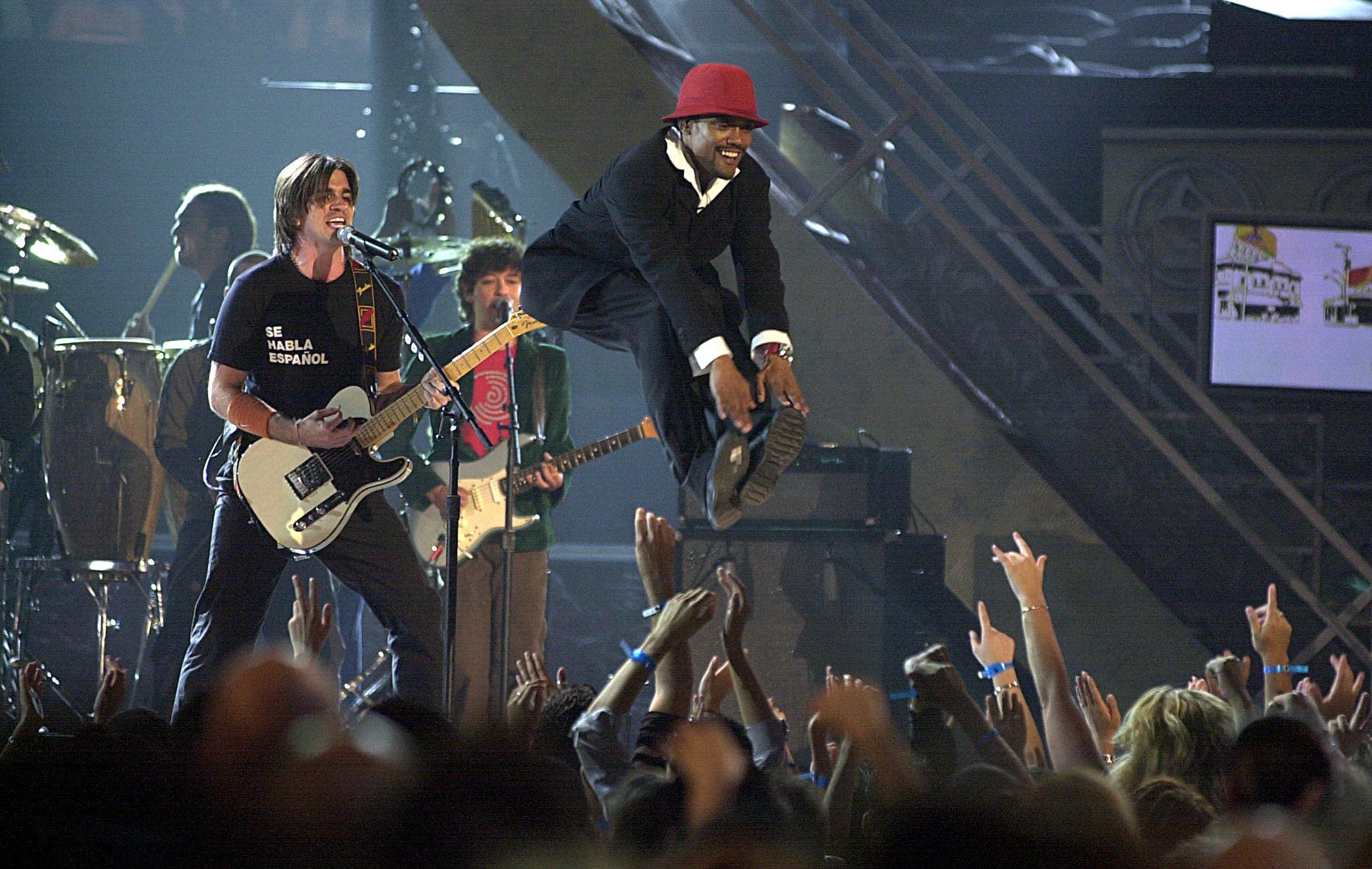 #TBT Latin  Grammy 2003: Juanes puso a cantar a The Black Eyed Peas en español