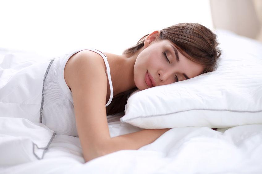 ¿Por qué deberías dormir del lado izquierdo? Estos son los 5 beneficios