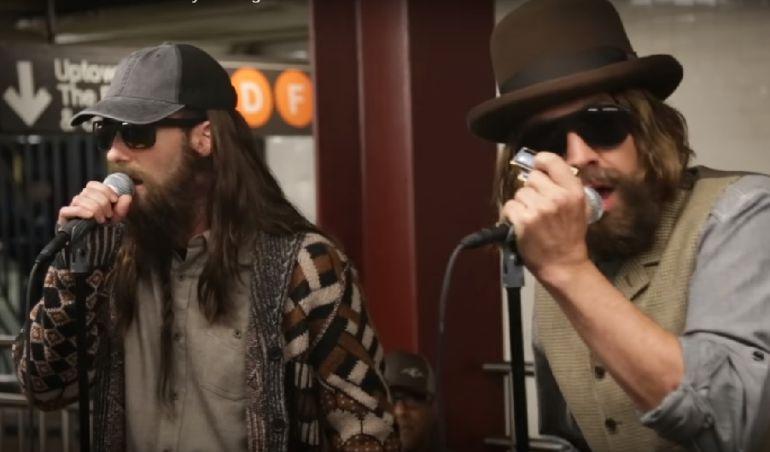 'Maroon 5' se disfrazan de músicos callejeros para sorprender a sus seguidores