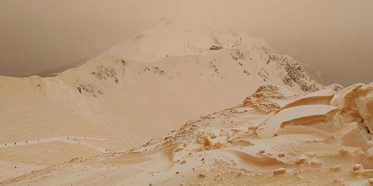 Nieve amarilla cubrió varias cumbres rusas