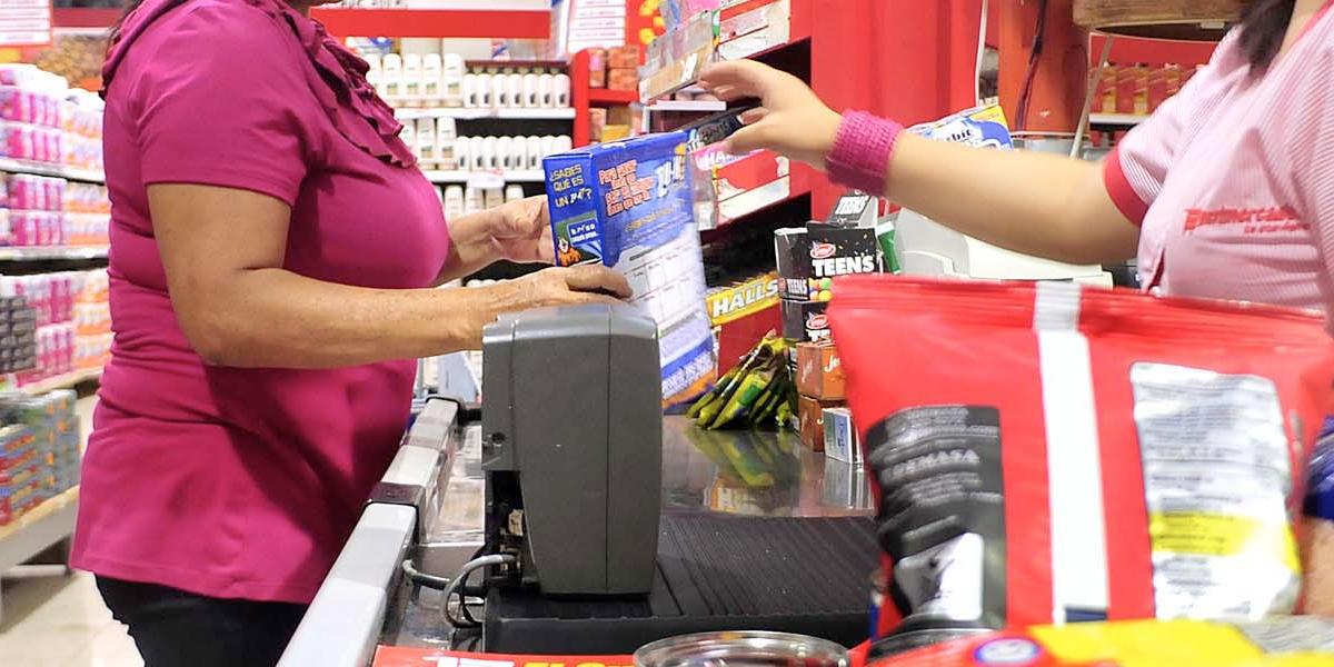 Confianza del consumidor pierde terreno en febrero y se mantiene en terreno negativo