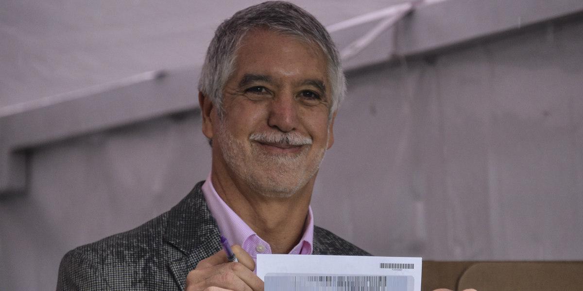Enrique Peñalosa asegura que sacó su celular para acordarse por quién votar