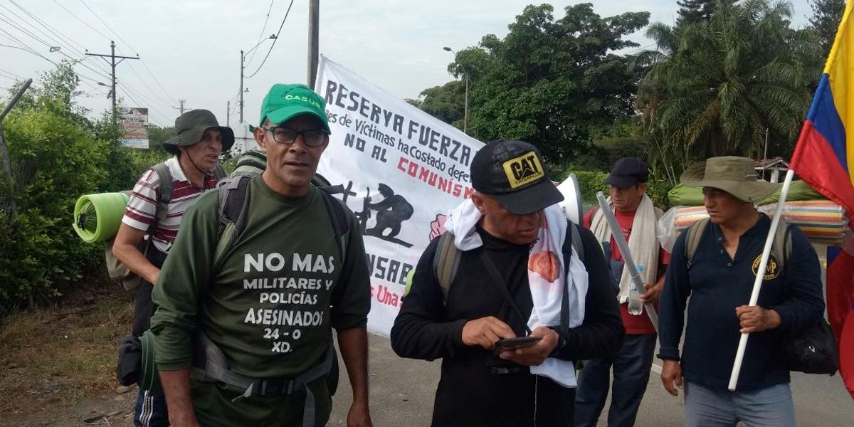Policías retirados marchan hacia Bogotá para ser incluidos en acuerdo de paz