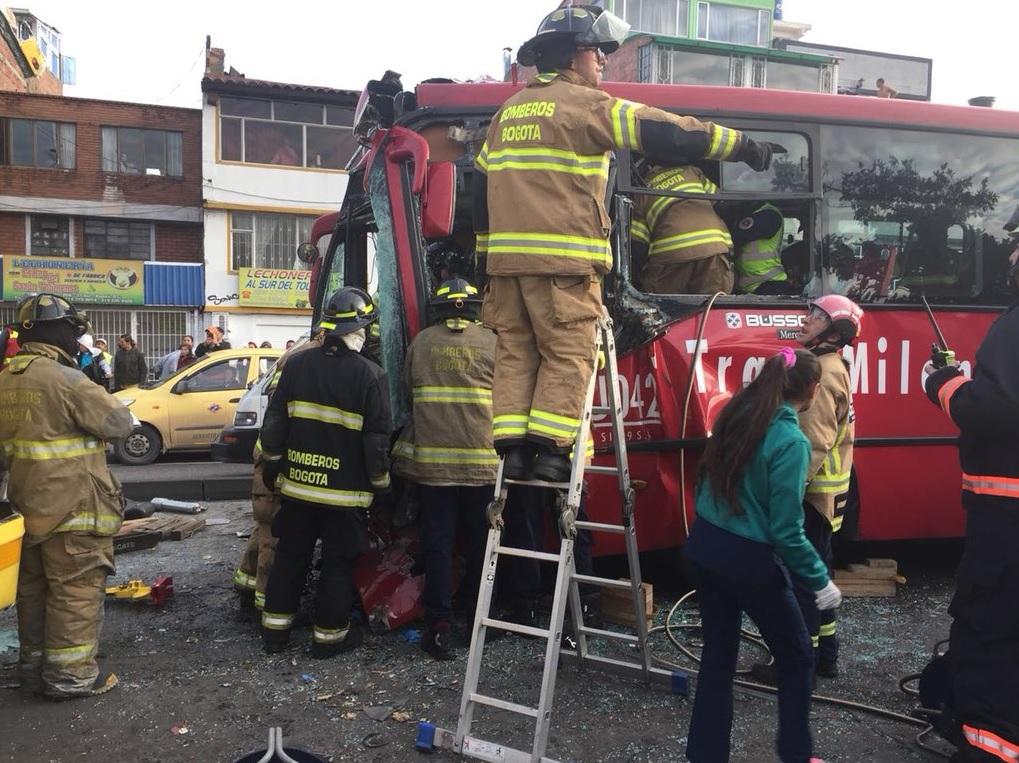 29 heridos deja choque entre dos articulados de TransMilenio