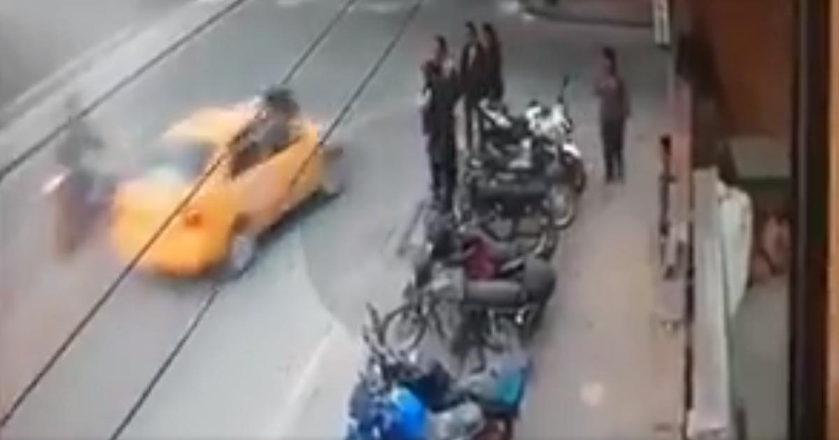 Autoridades en Bogotá buscan a taxista que arrastró por varias cuadras a motociclista
