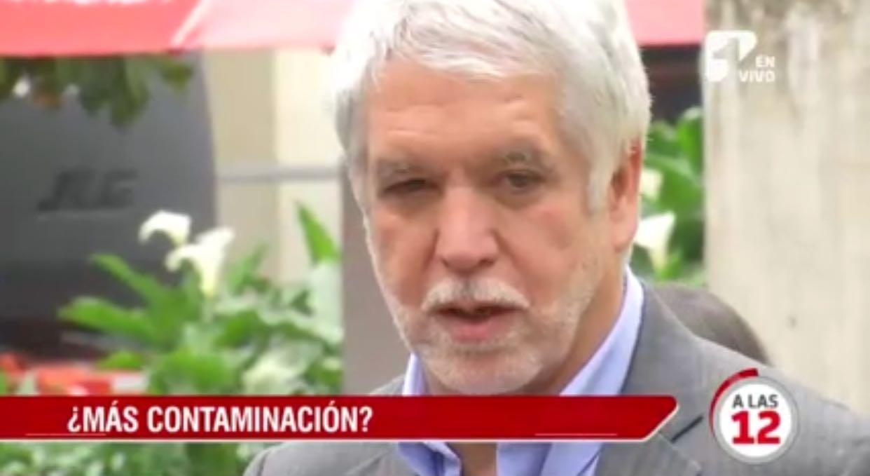 """Alcalde de Bogotá, Enrique Peñalosa. Screenshot emisión noticias de """"A Las 12"""""""