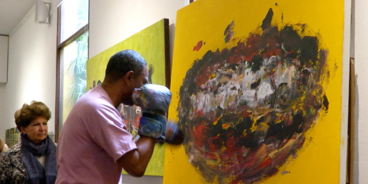 Con puños, boxeador hace obras de arte