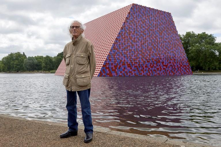 La curiosa pirámide de tanques de gasolina en un lago de Londres