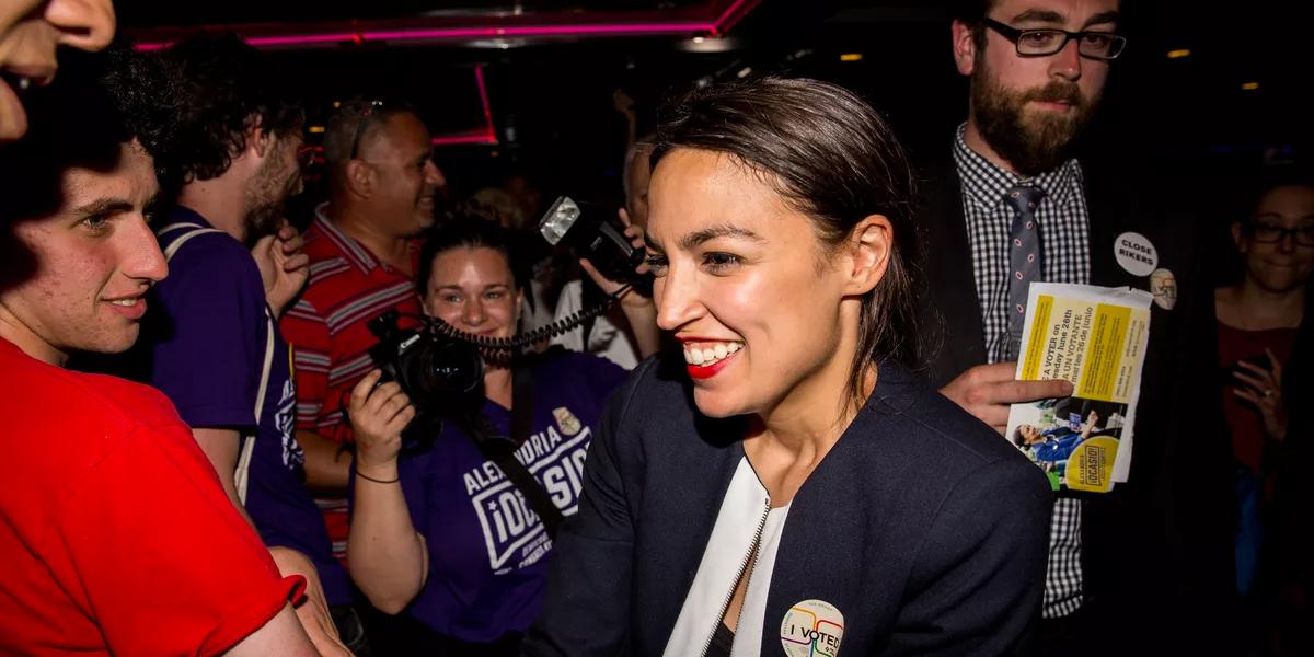 Joven latina sorprende a un peso pesado en las primarias demócratas de Nueva York