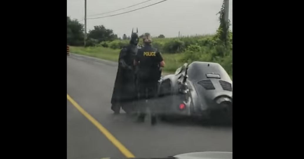 ¿Iba tras un villano? A este 'Batman' lo detuvieron por conducir con exceso de velocidad