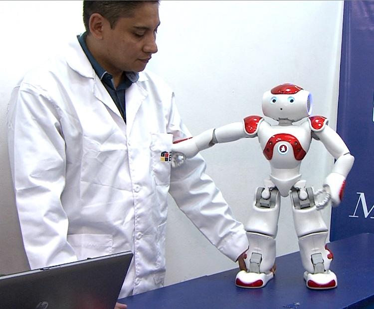 Él es Nao, un robot que ayuda a los estudiantes con discapacidades