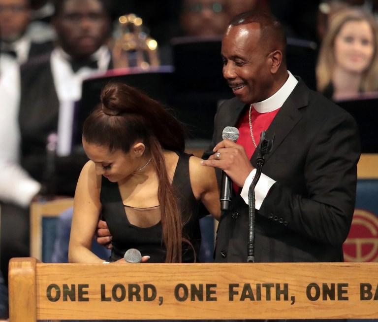 """Obispo reconoce que """"manoseó"""" a Ariana Grande durante el funeral de Aretha Franklin"""