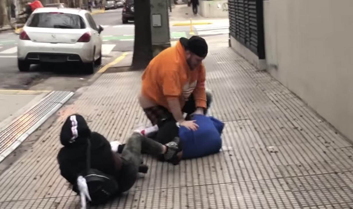 'Youtuber' se grabó mientras le propinaba violenta paliza a un colega