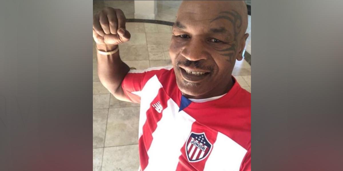 Mike Tyson causa furor en las redes sociales al vestir la camiseta del Junior de Barranquilla