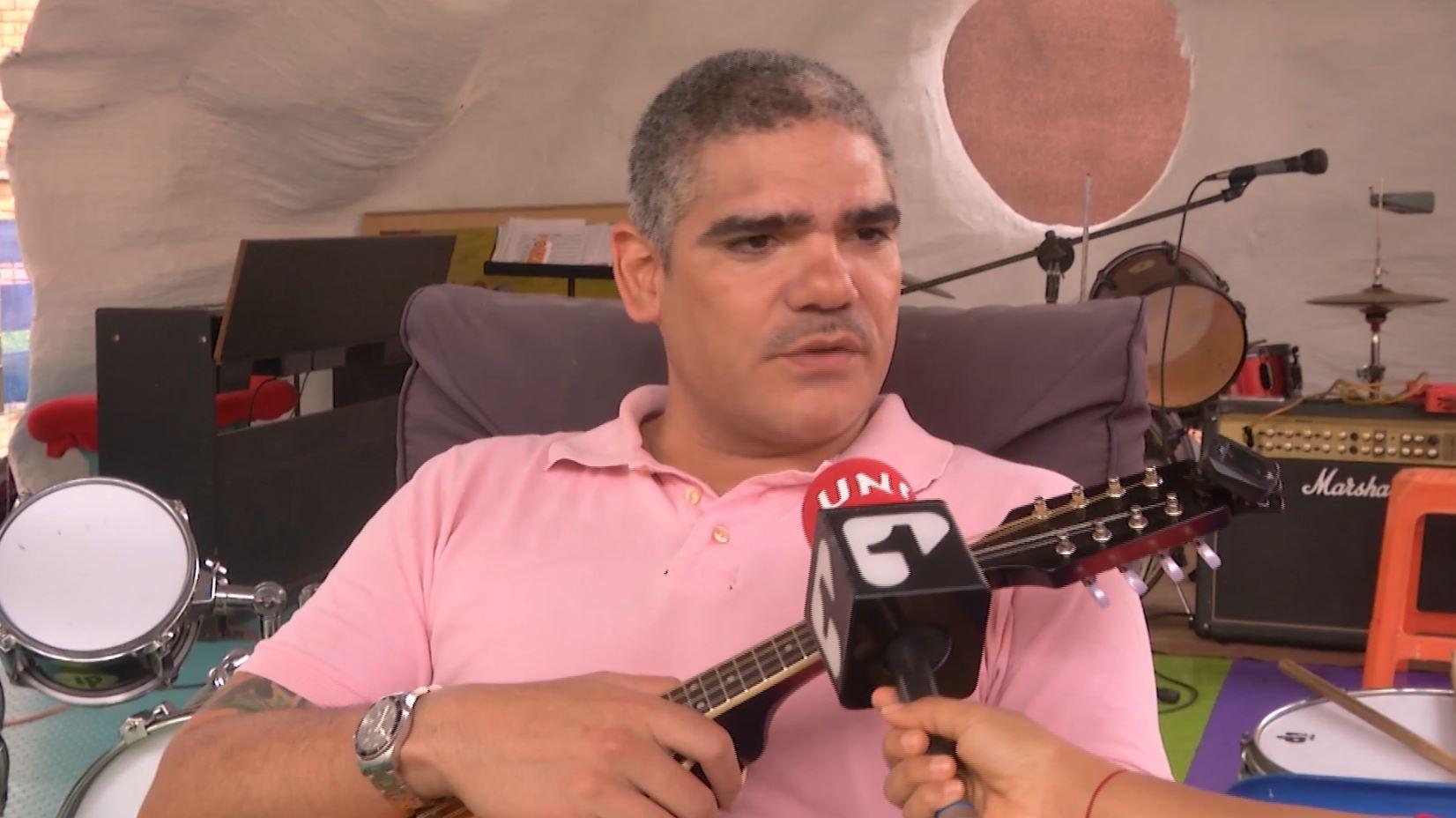 Julio Navas le dedicó una crítica canción al Gobierno