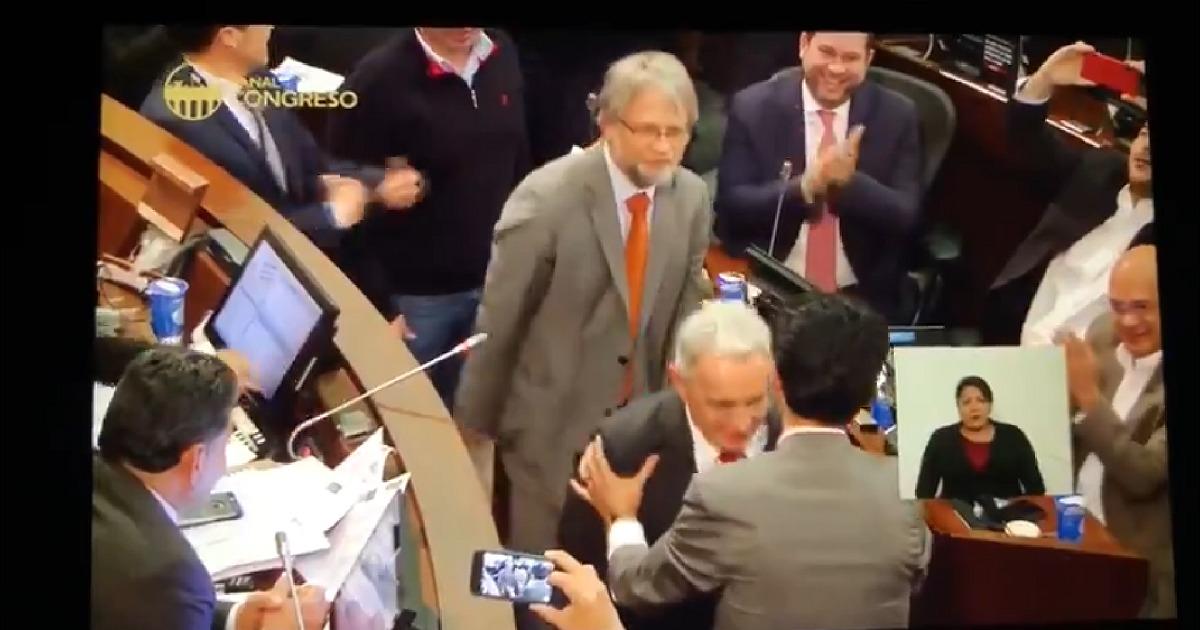 Reacciones en redes tras el «juego de confianza» de Mockus con Uribe y senador de la izquierda