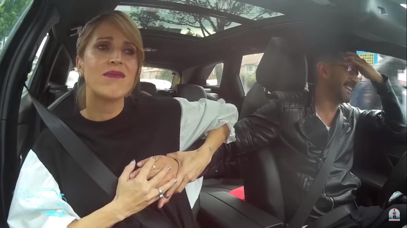 Alejandra Azcárate le pide a un presentador que le toque el seno para comprobar que tiene prótesis