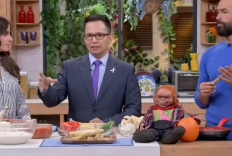 Tenebroso muñeco se mueve durante una transmisión en vivo y causa terror en el set