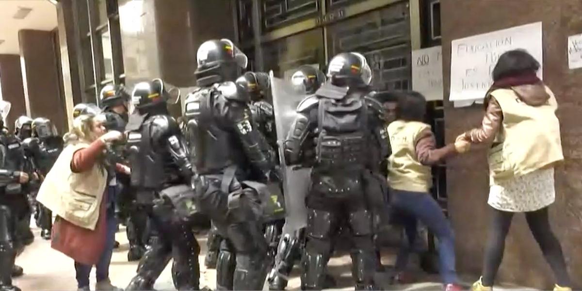 Estudiantes universitarios se tomaron instalaciones del Ministerio del Interior