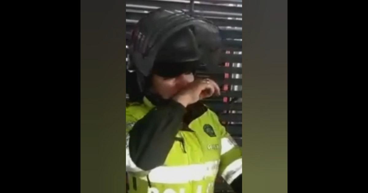 Video: Patrullera rompe en llanto tras ser atacada con pintura durante marcha estudiantil