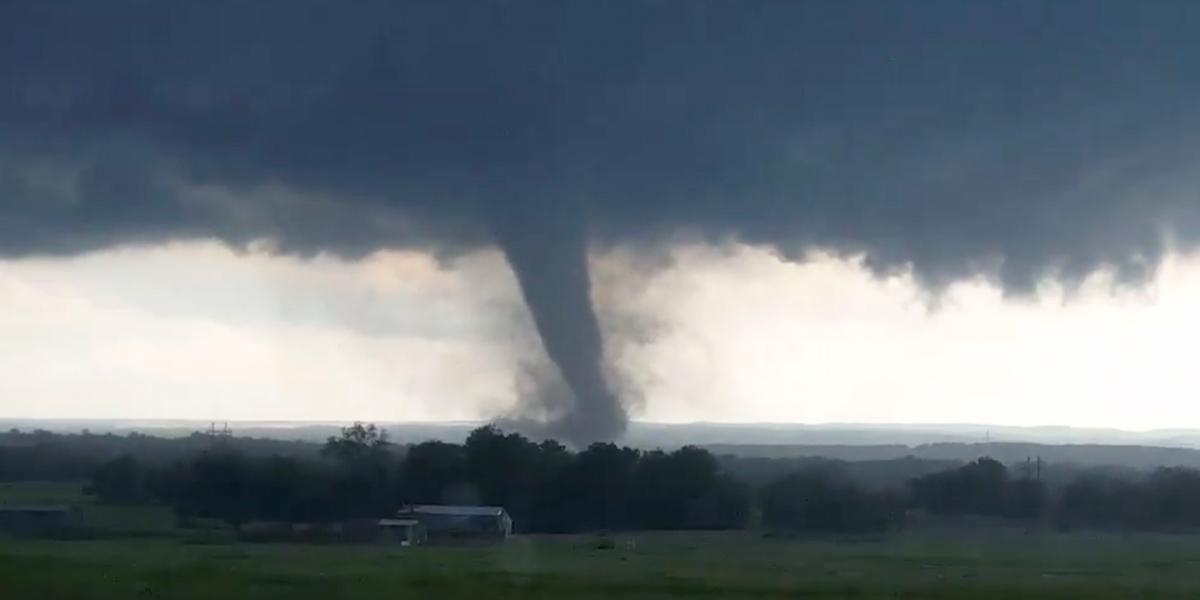 Una veintena de tornados dejó catastróficos daños en el estado de Illinois, Estados Unidos