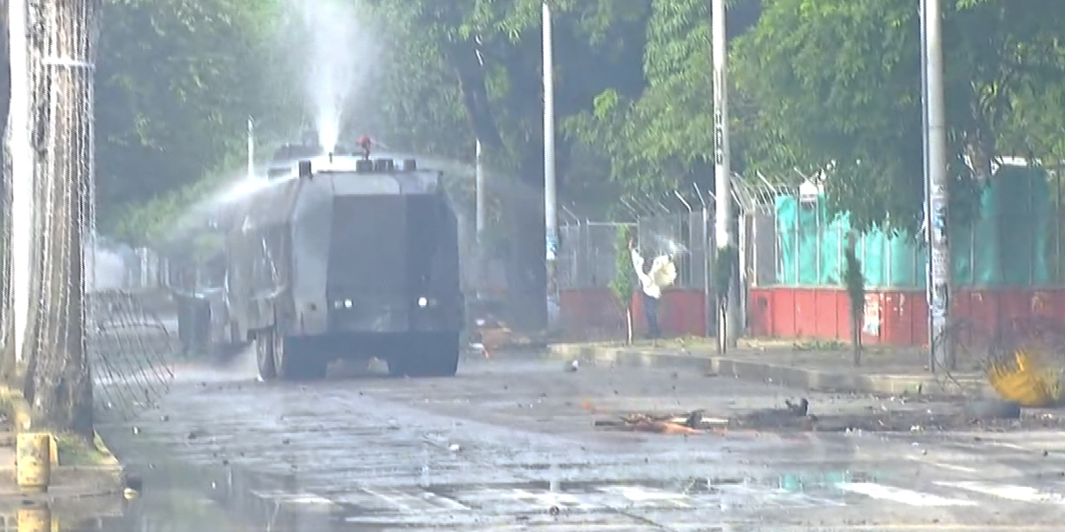 Fuertes enfrentamientos entre encapuchados y Esmad en Cali: dos policías heridos