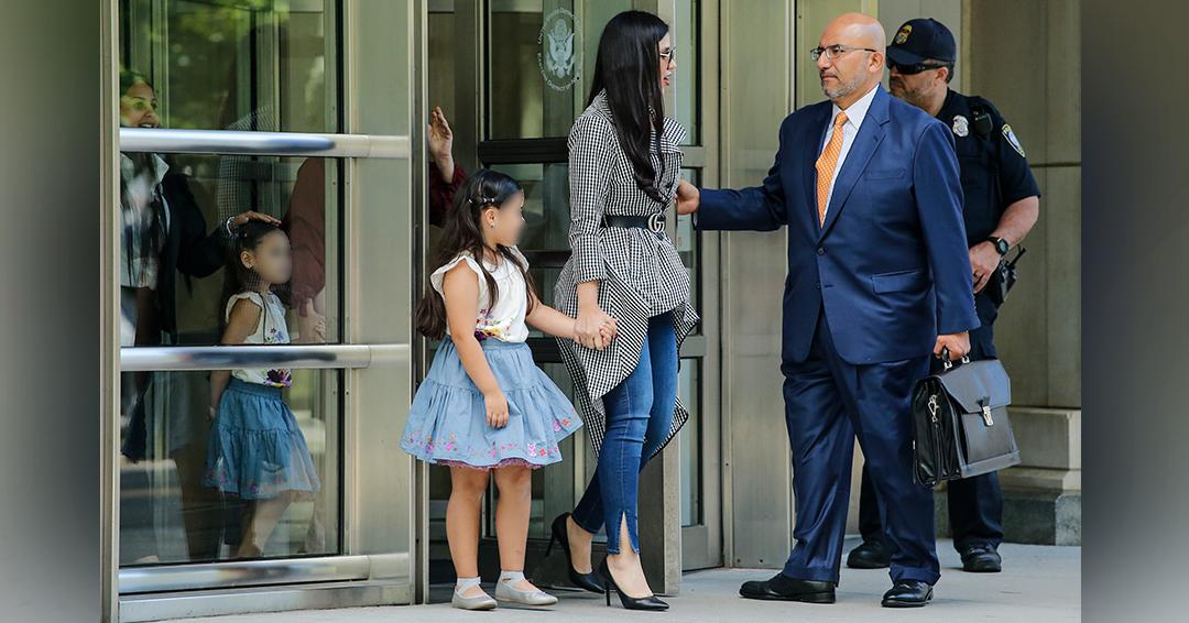 Joaquín 'El Chapo' Guzmán recibe la visita de sus hijas gemelas en la corte