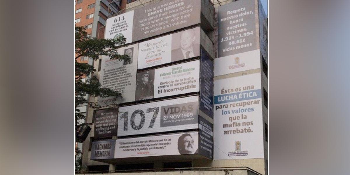 Edificio que fue de Pablo Escobar en Medellín, es empapelado con cifras y rostros de víctimas