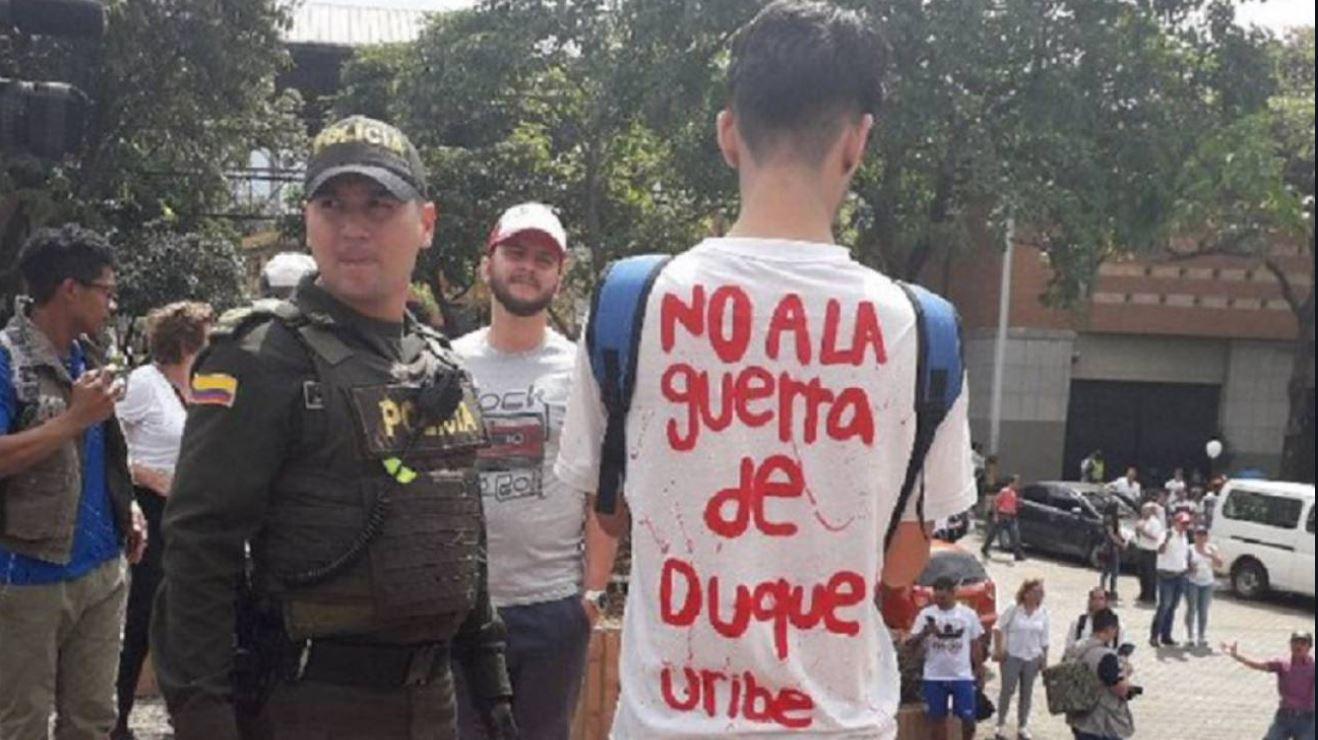 """A la camiseta """"No a la guerra de Duque y Uribe"""" le sacaron negocio y ya la venden hasta en semáforos"""