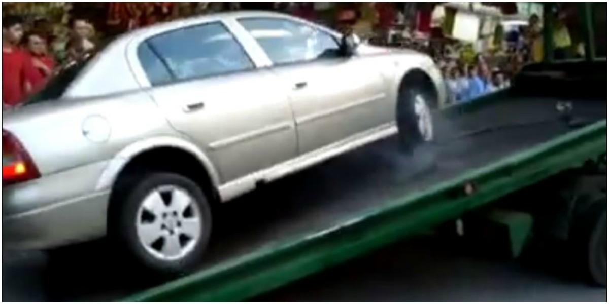Video viral conductor medellin no dio por perdido su carro y se voló desde una grúa