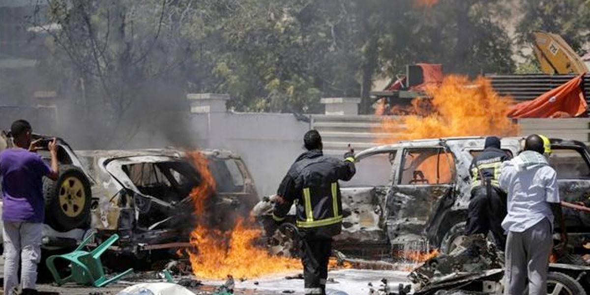 Al menos siete muertos y cinco heridos al explotar dos coches bomba en Mogadiscio, Somalia