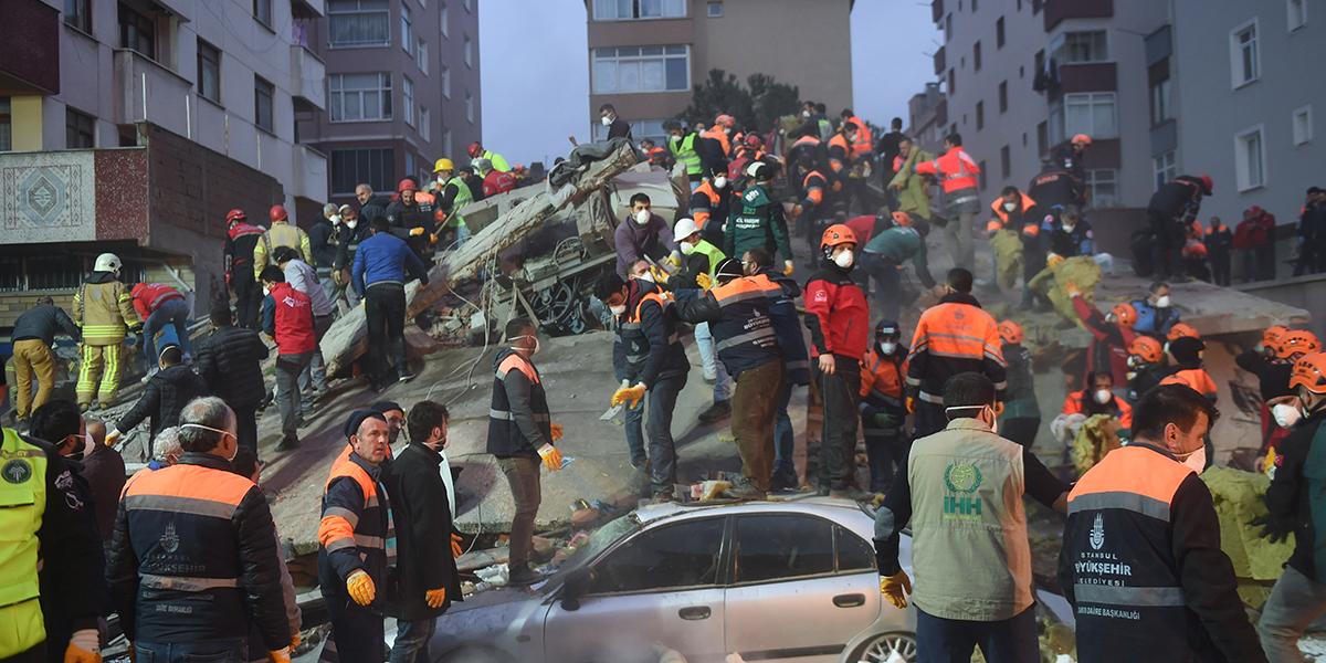 Aumenta a seis cifra de muertos tras derrumbe de edificio en Estambul, Turquía
