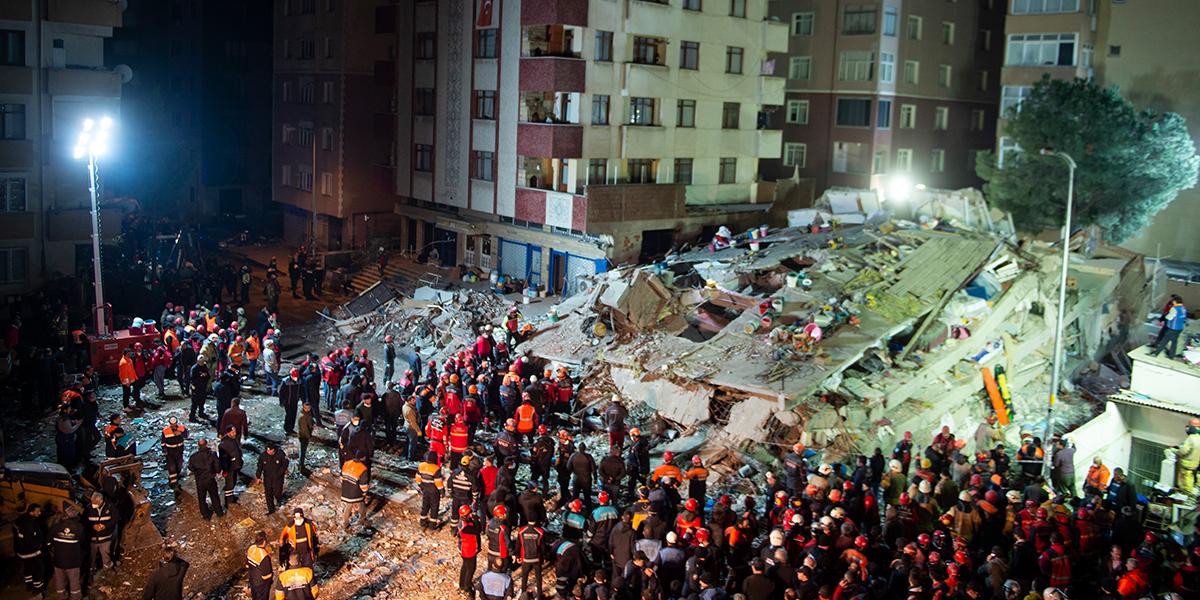 Rescatan a joven de 16 años tras 45 horas sepultado en edificio colapsado de Estambul
