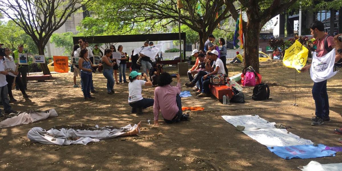 Con puesta en escena de los efectos de la sequía del río Cauca, comunidades afectadas pidieron desmonte de Hidroituango