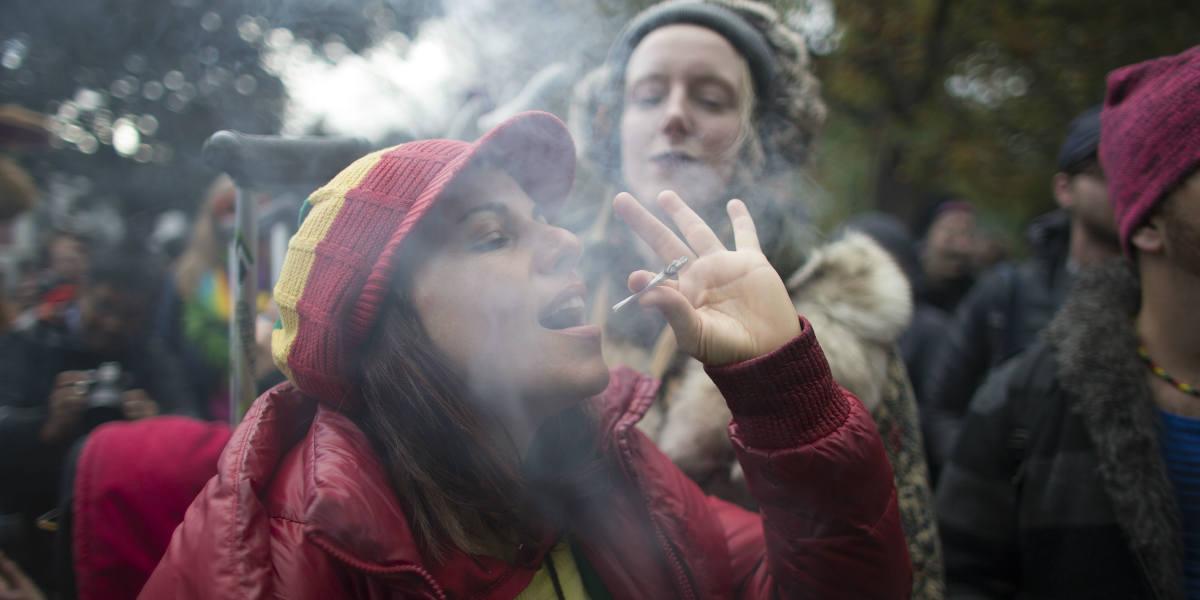Jóvenes dicen que la marihuana las hace «mejores madres»