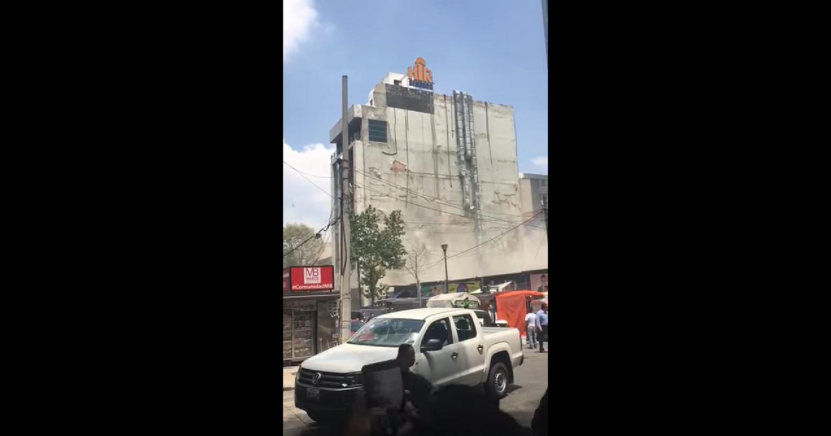 No, este video no muestra un edificio tambaleándose durante el sismo en Colombia