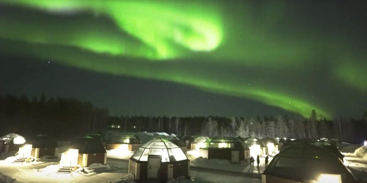Alucinante aurora boreal baila en el cielo de Laponia, Finlandia