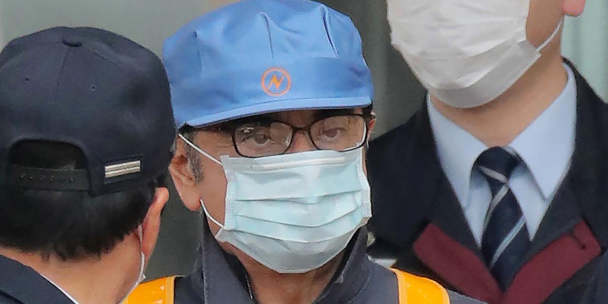Bajo un disfraz, Carlos Ghosn sale de prisión tras 108 días