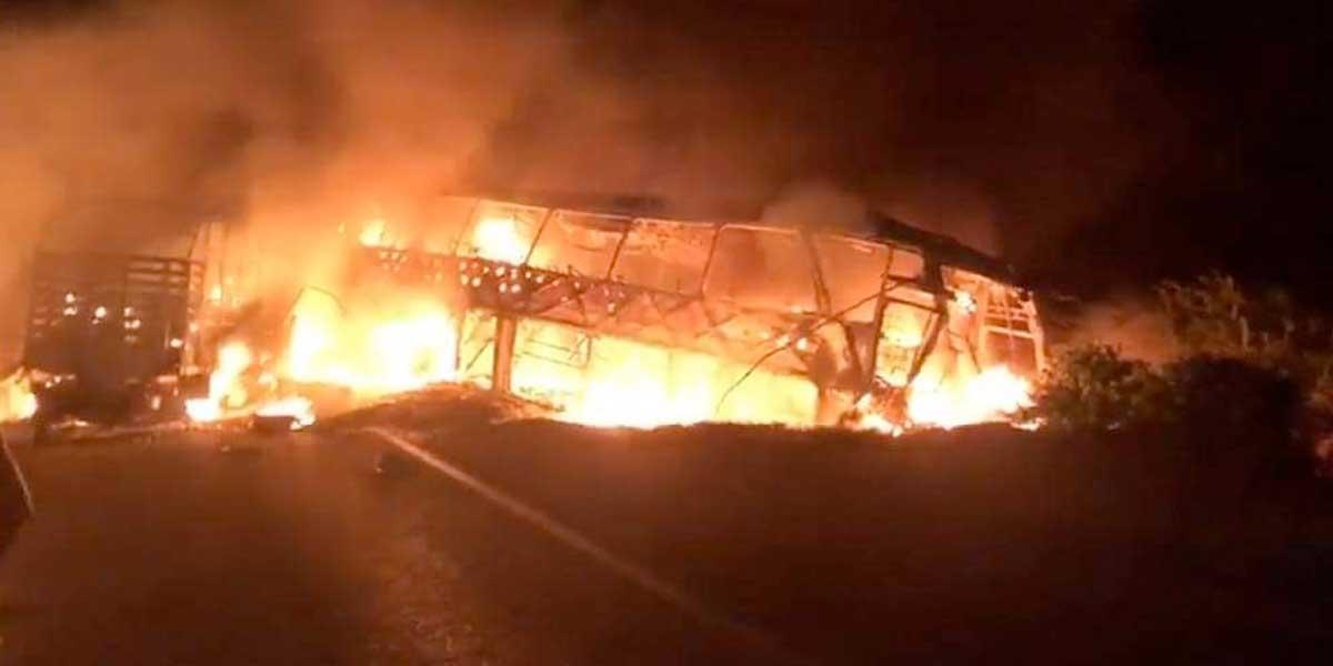 Dos vehículos incinerados tras enfrentamientos entre ELN y 'Clan del Golfo' en Tarazá