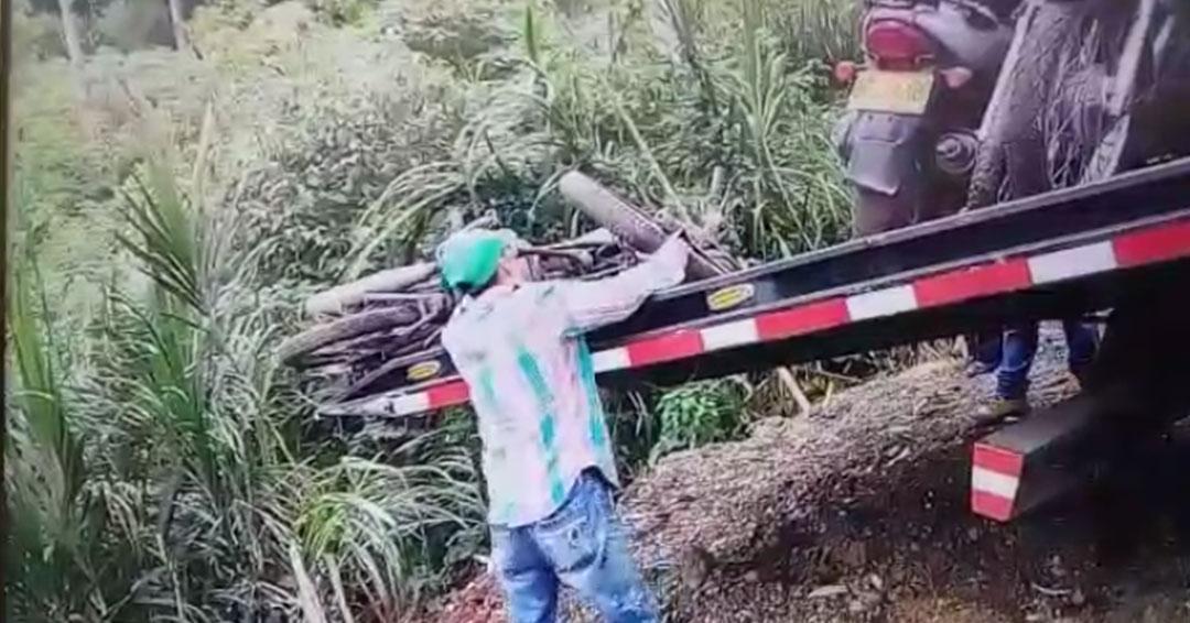 Polémica por contratista de Movilidad que arrojó varias motos por un barranco en Sabaneta, Antioquia