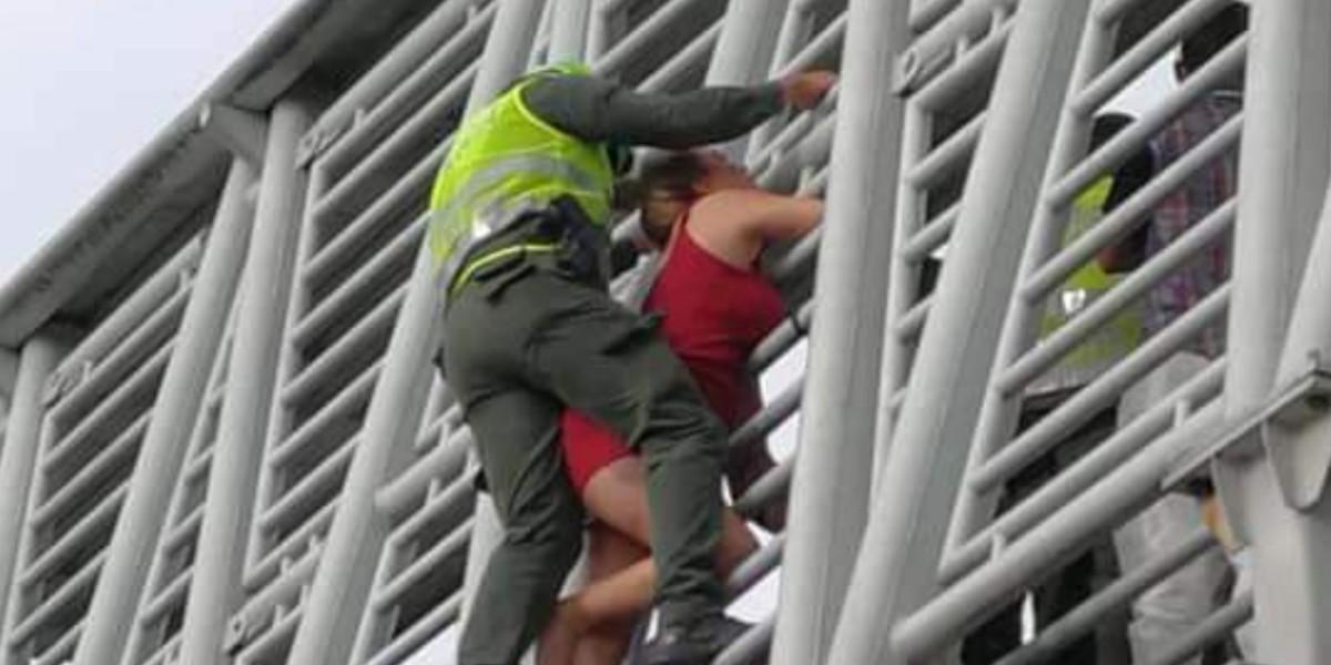 Policía logró evitar que una mujer se lanzara de un puente en Pereira