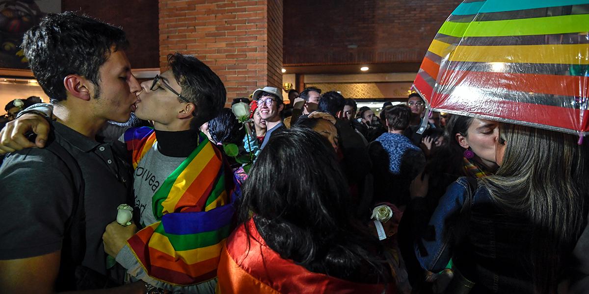 Asistencia masiva a besatón contra la homofobia en el C.C. Andino