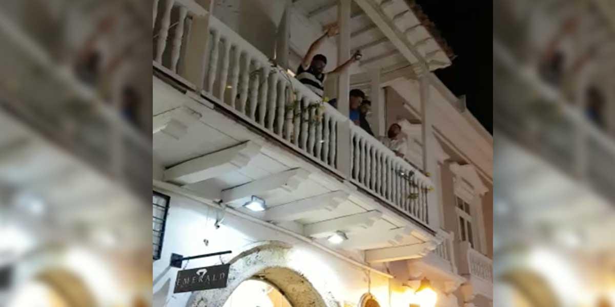 Hombre lanzó billetes desde apartamento en centro histórico de Cartagena