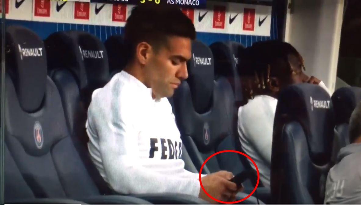 (Video) Falcao, resignado por derrota del Mónaco, ¿se puso a chatear en el banco?