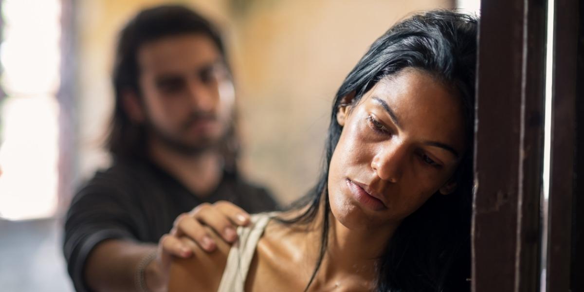 Pegarle a la amante también dará cárcel con esta nueva ley contra el maltrato intrafamiliar